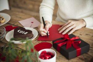 チョコのプレゼントを用意する女の子