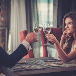 ワイングラスを乾杯するカップル