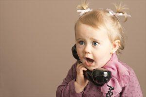 電話占いをしている子供