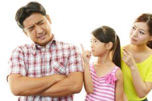 家庭の悩みで占い師にアドバイスを求めようとする女性