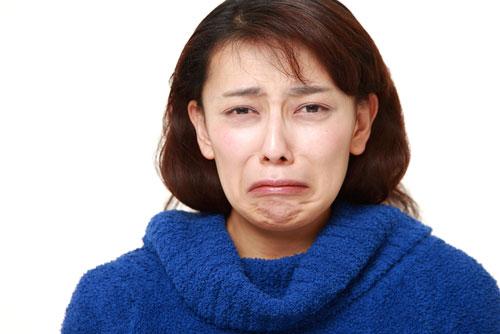 失恋して号泣の女性「先生に恋愛成就の方法を占いってもらお!」