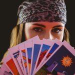 占い師とタロットカード
