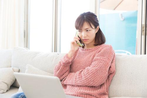 電話占いで悩み相談中の女性