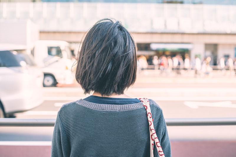 悩み多きアラサー女性が街をさまよい歩く…
