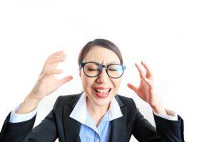 職場の人間関係にとても悩む女性→「電話占いで先生にアドバイス貰おっ!」